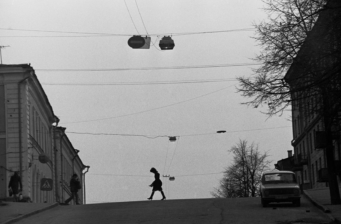 1985. Казань. Женщина переходит улицу