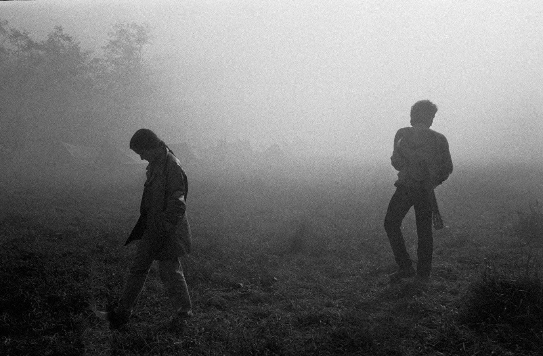 1985. Молодые люди на пути в палаточные лагеря во время их встречи в Московской области