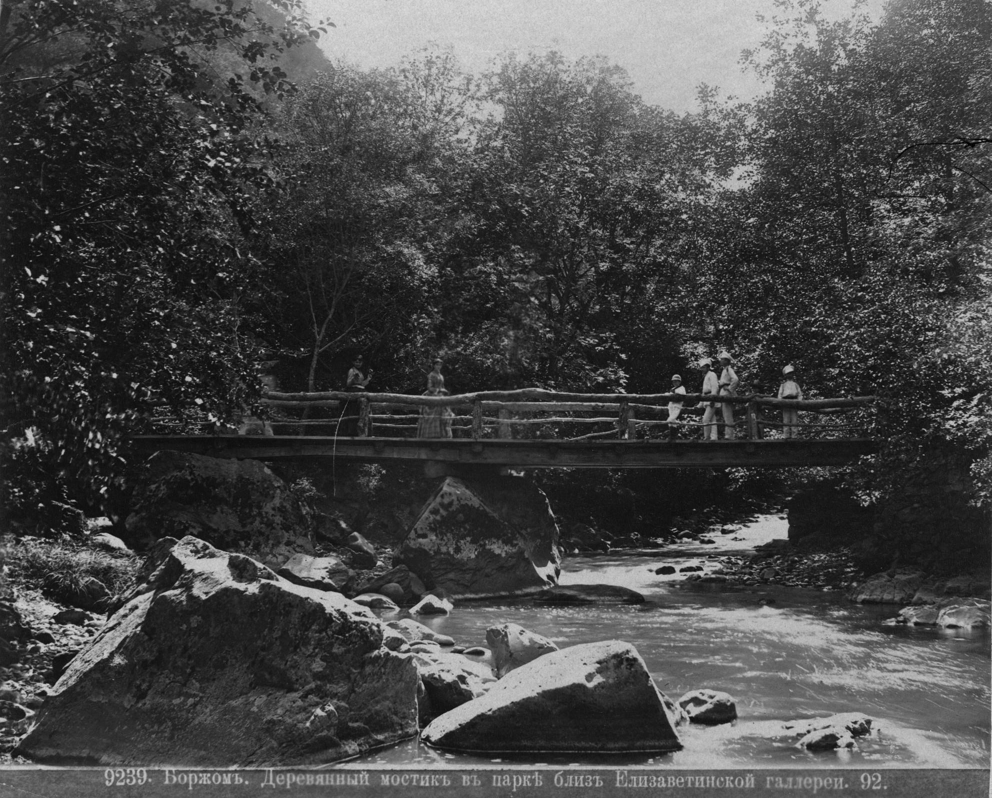 Деревянный мостик в парке близ Елизаветинской галереи