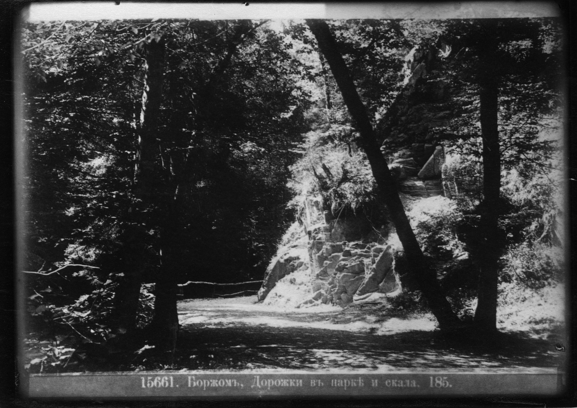 Дорожка в Воронцовском парке и скала