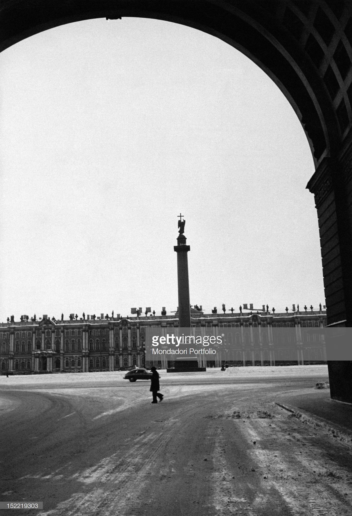 Вид Дворцовой площади через арку Главного Штаба