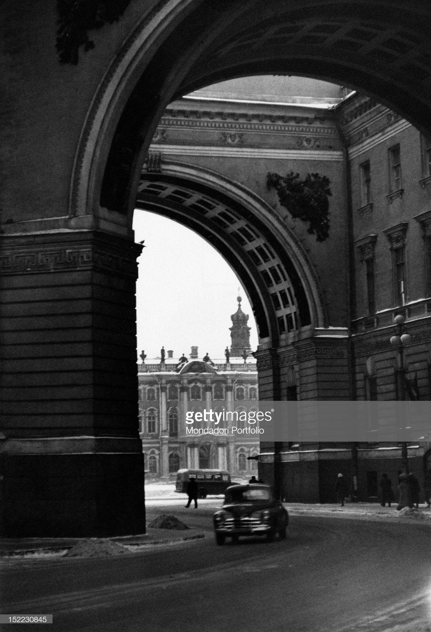 Машина проезжает арку здания Главного штаба, ведущую на Дворцовую площадь