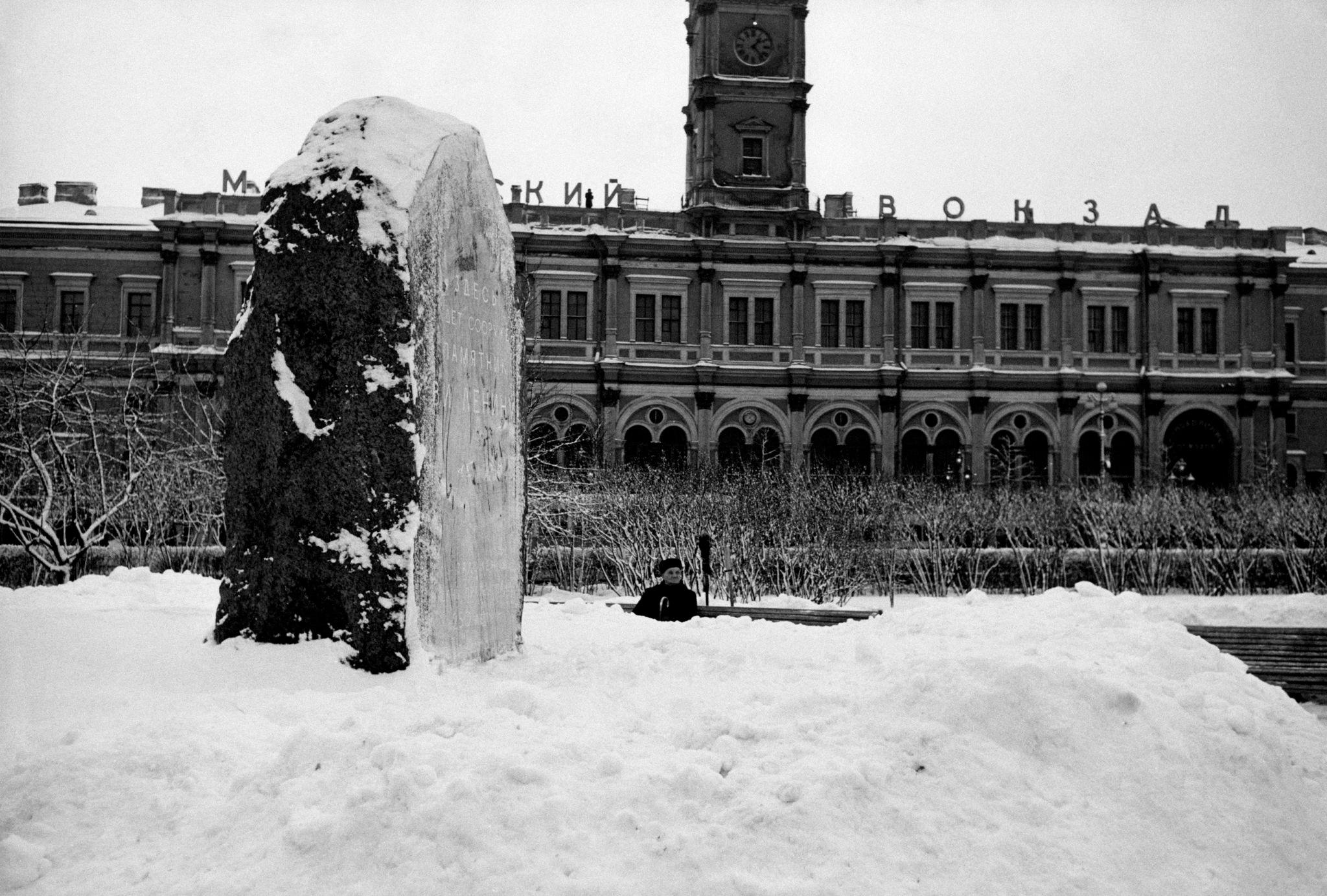 Закладной камень памятника Ленина в сквере на площади Восстания