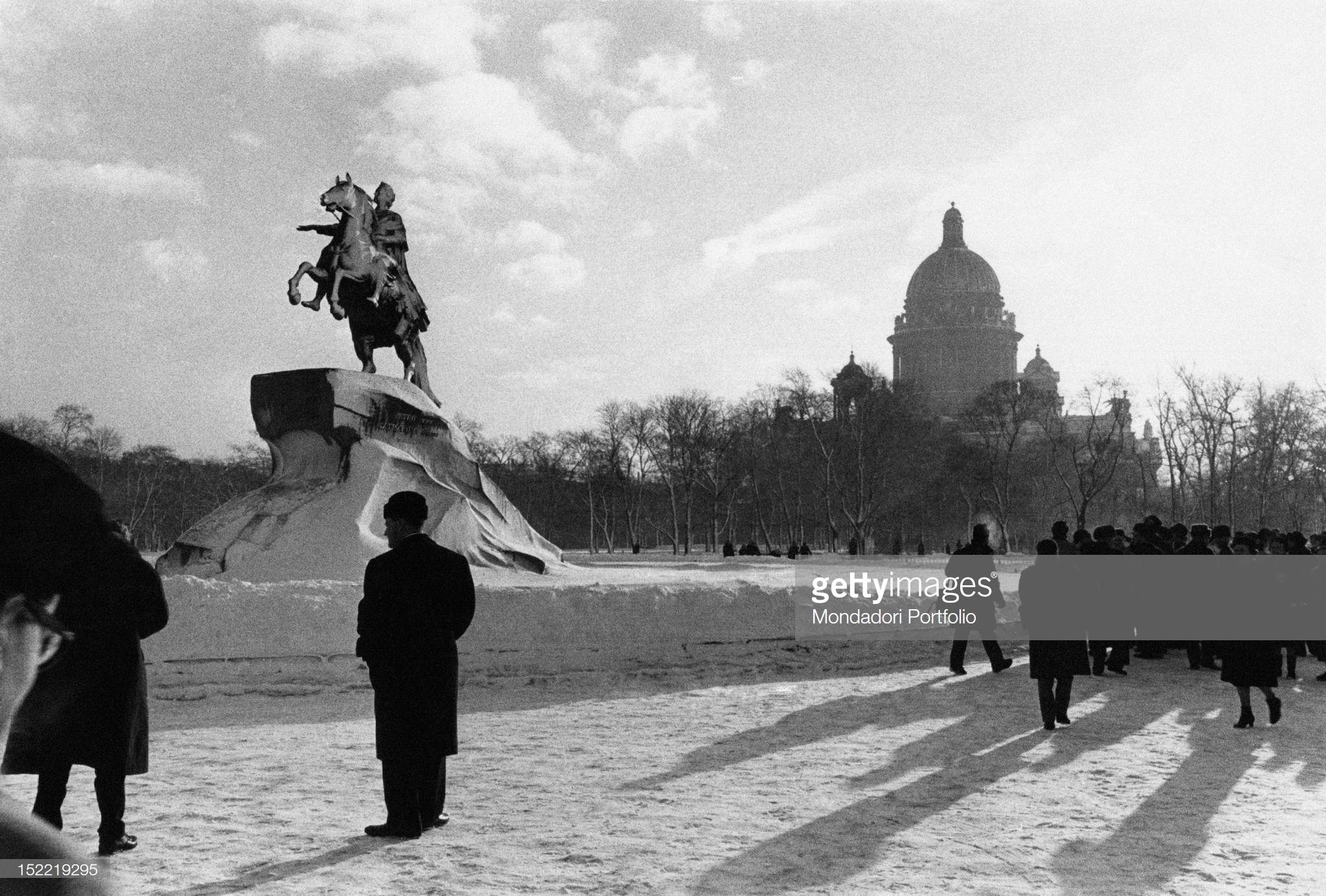 Вид Сенатской площади и памятник Петру I