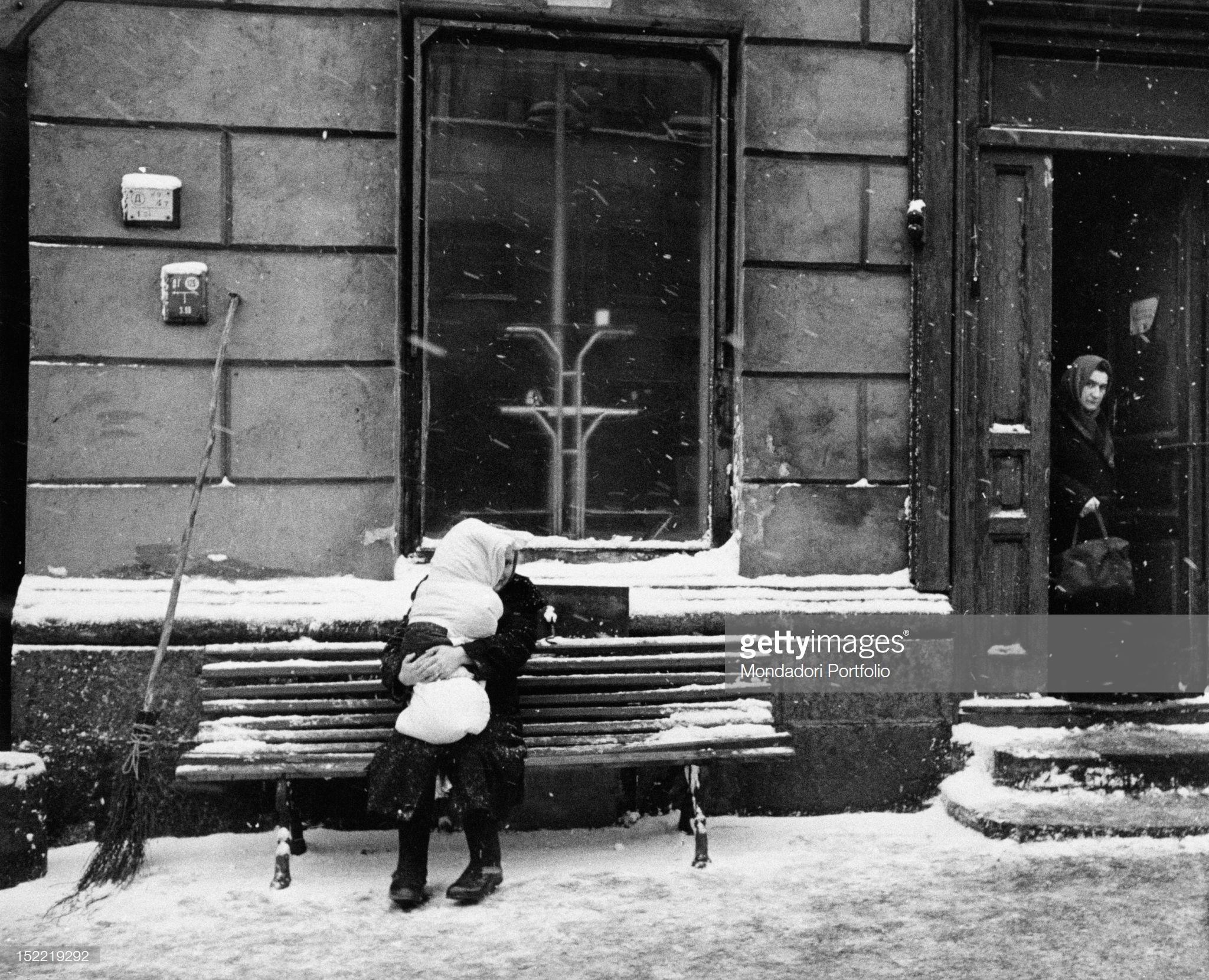 Женщина с ребенком под снегом.