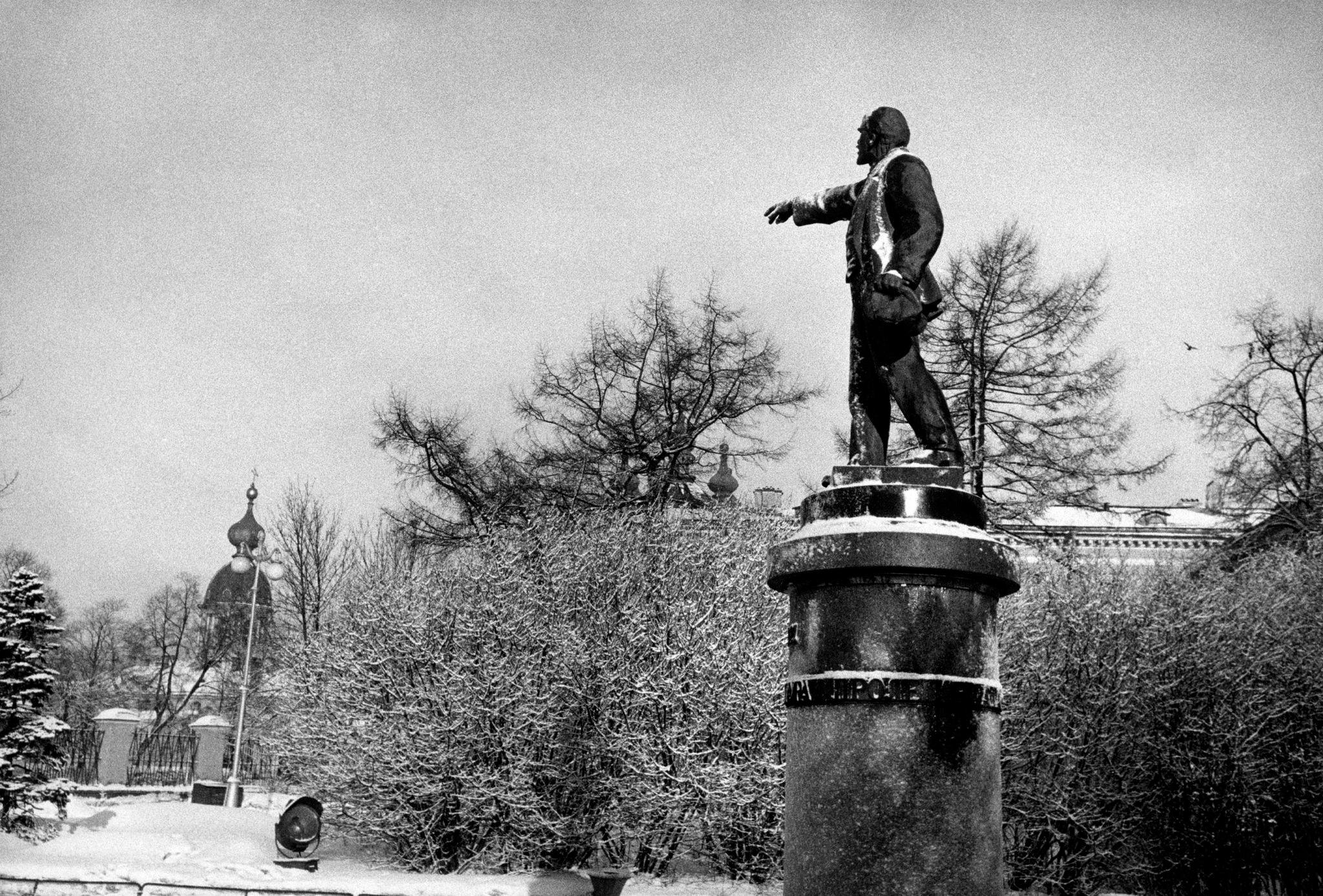 Памятник Ленину перед Смольным