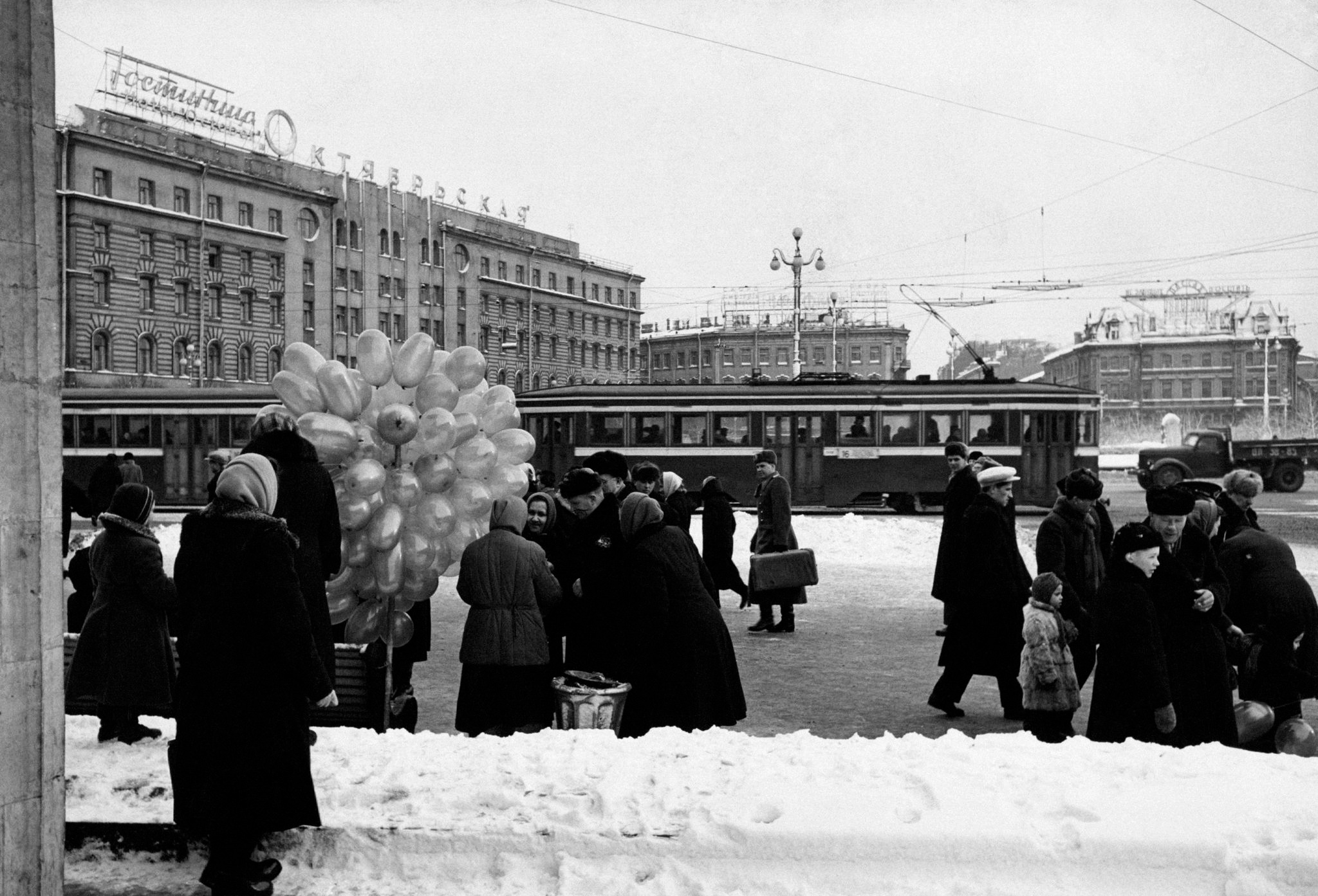 Продажа воздушных шариков у станции метро «Площадь Восстания».