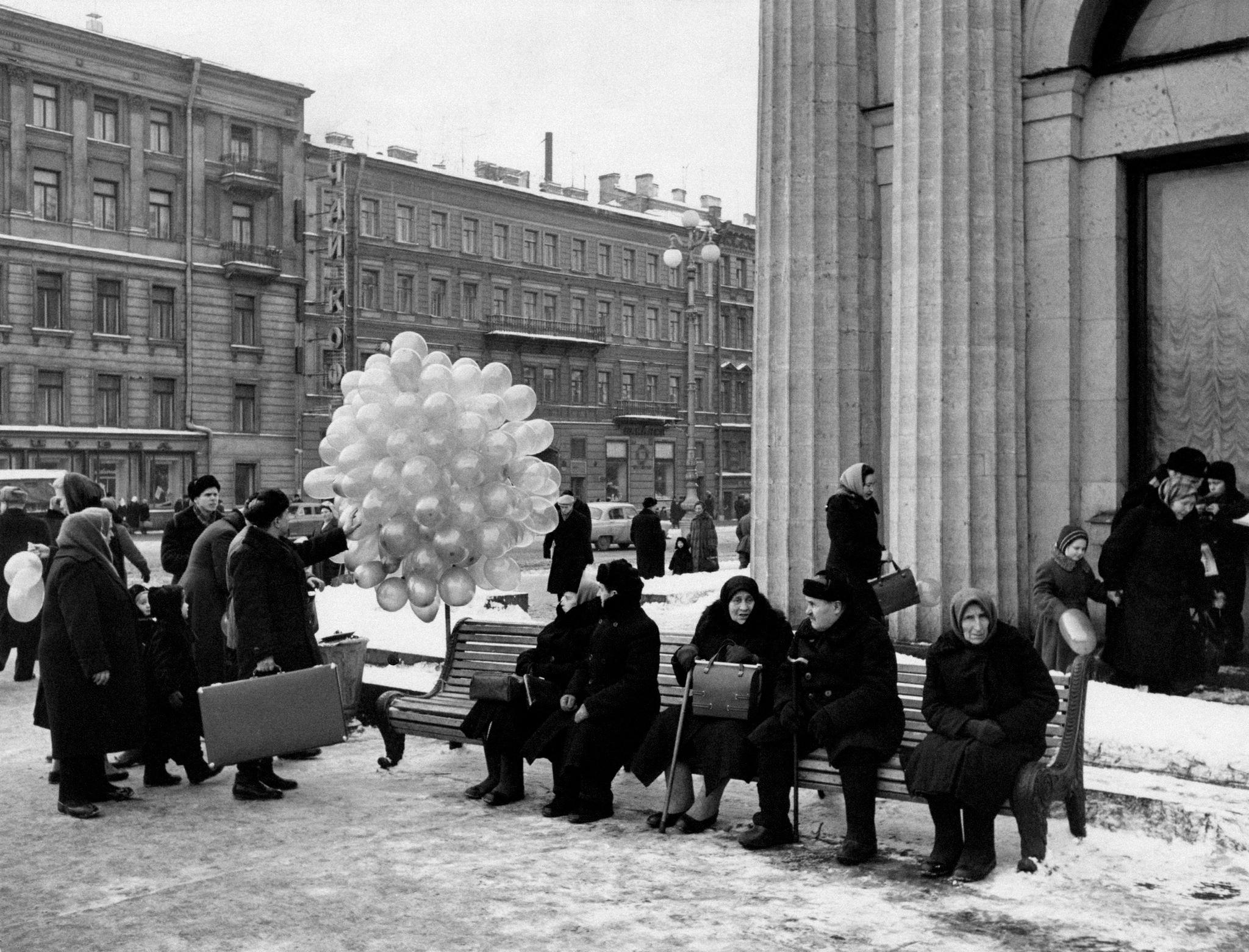 Продажа воздушных шариков у станции метро «Площадь Восстания».1