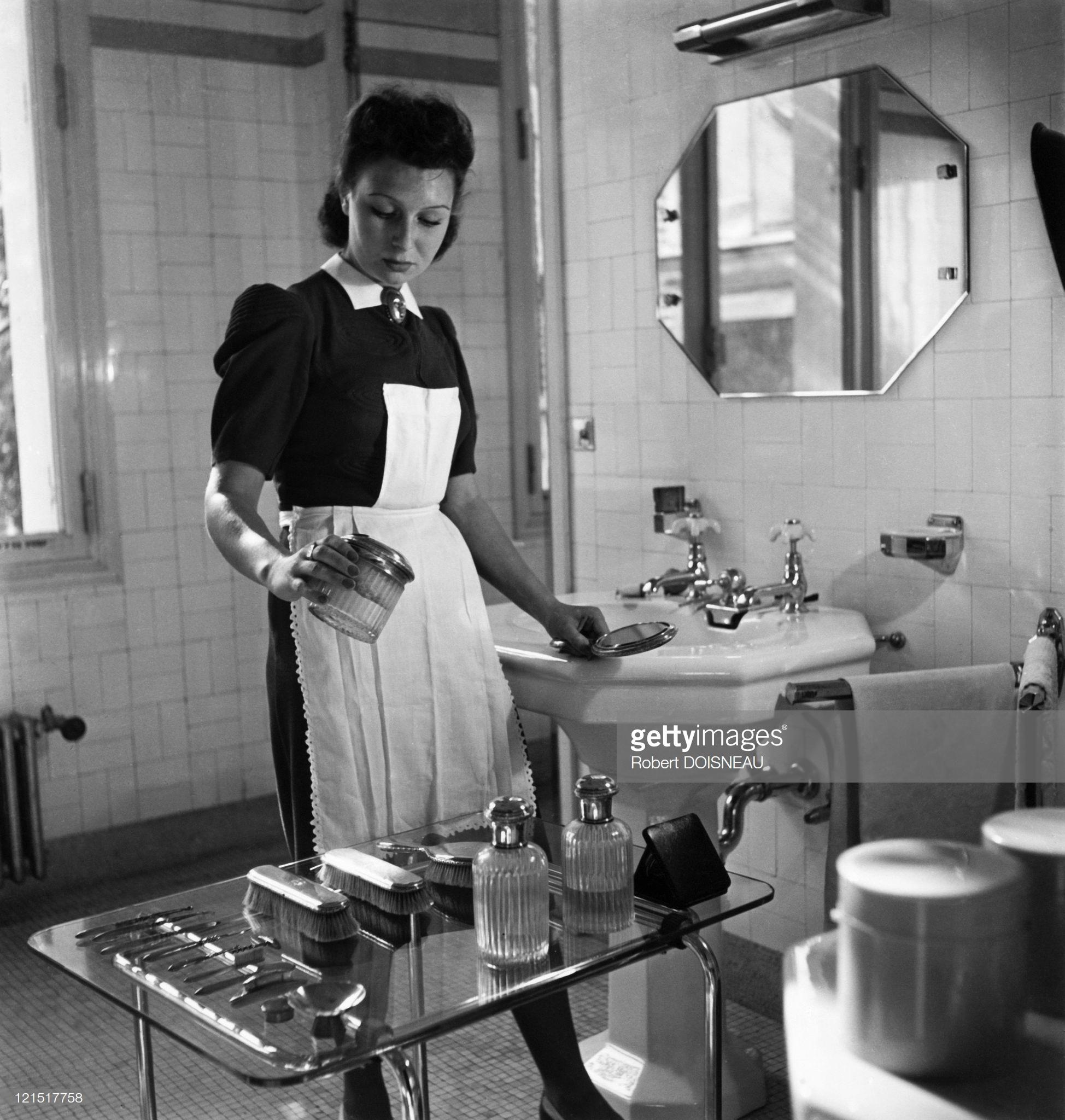 1940. Служанка за работой во время оккупации. Париж