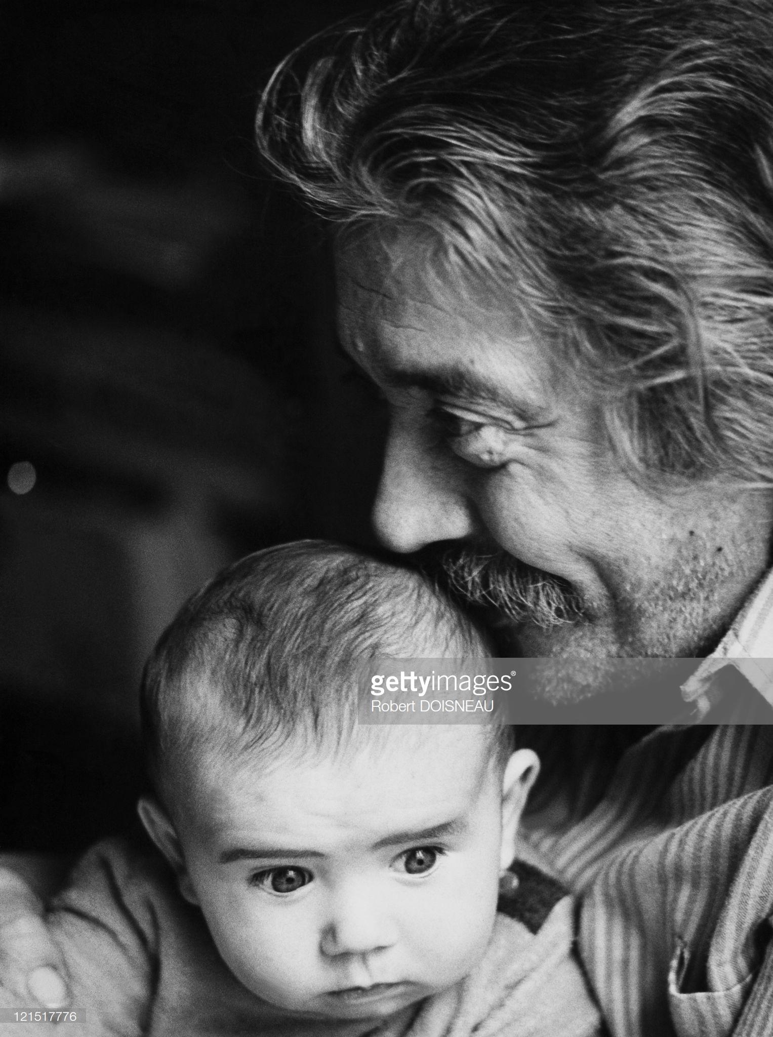 1950. Ребёнок на рухах у отца