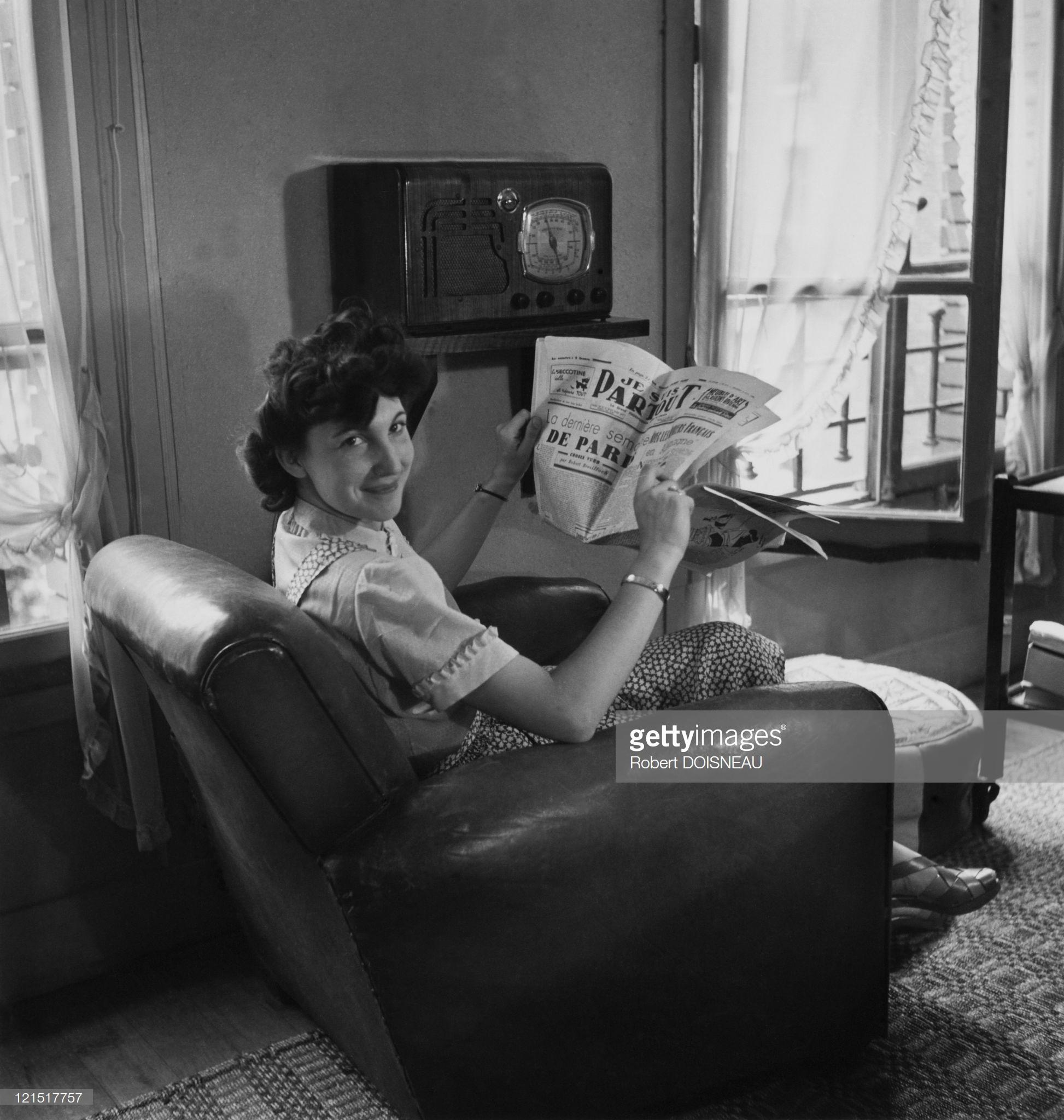 1950. Женщина за чтением газеты