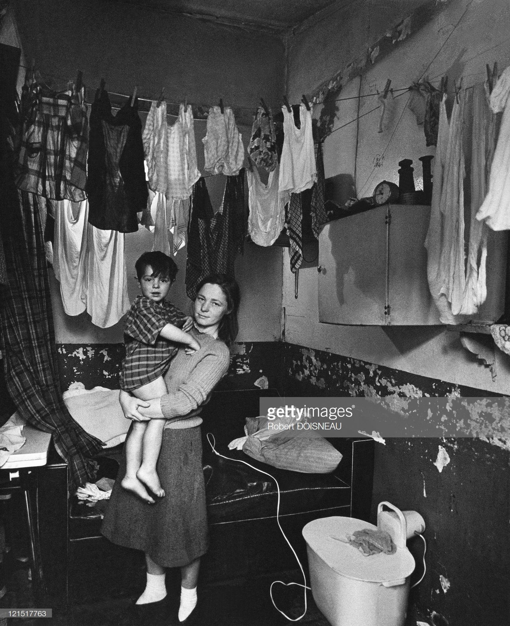 1963. Женщина сушит бельё. Париж