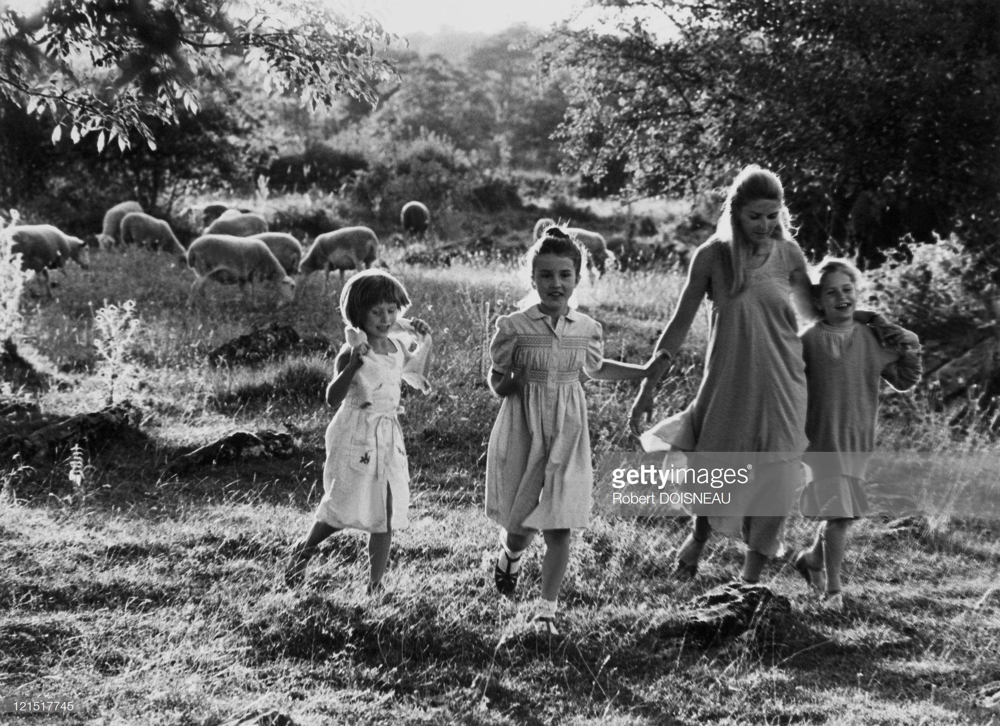 1980. Прогулка девушек где-то в сельской местности