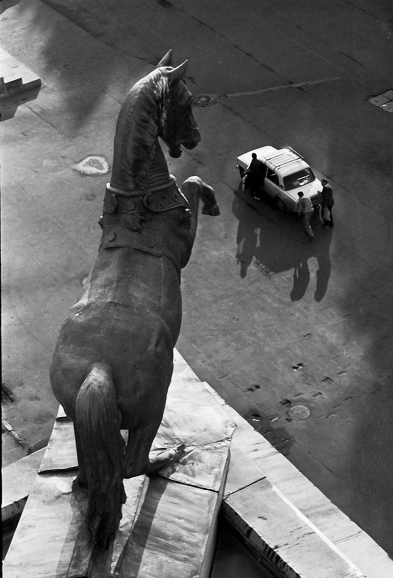 1990. Скульптура коня на крыше Центрального московского ипподрома