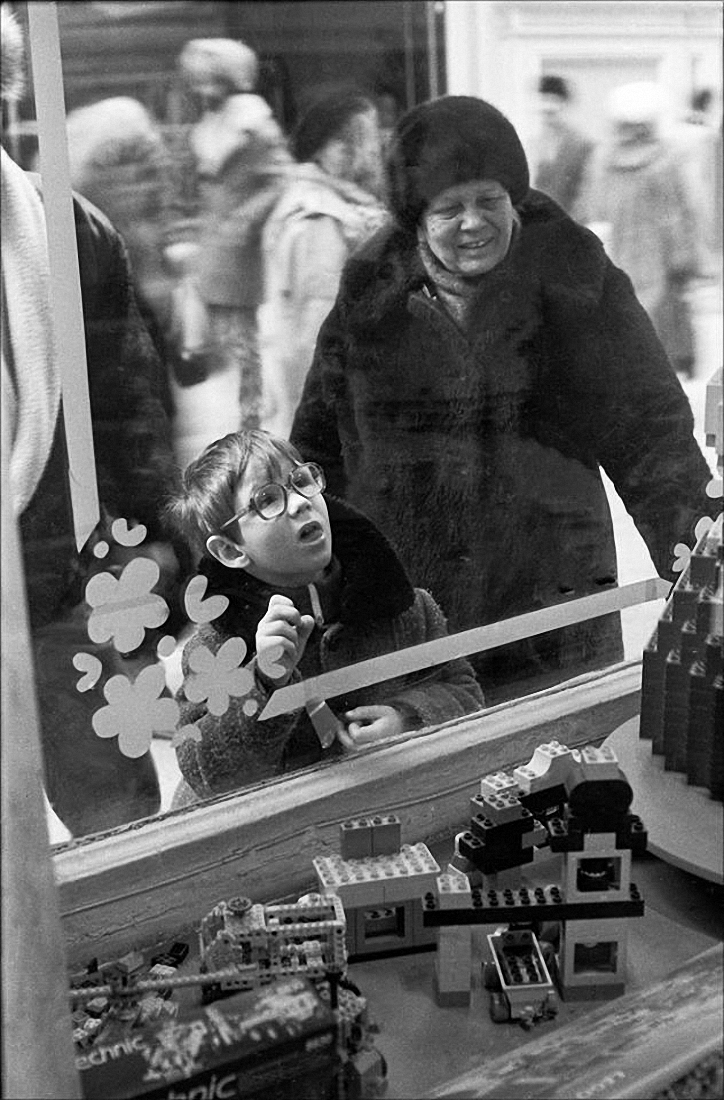 1990. У витрины Лего в ГУМе