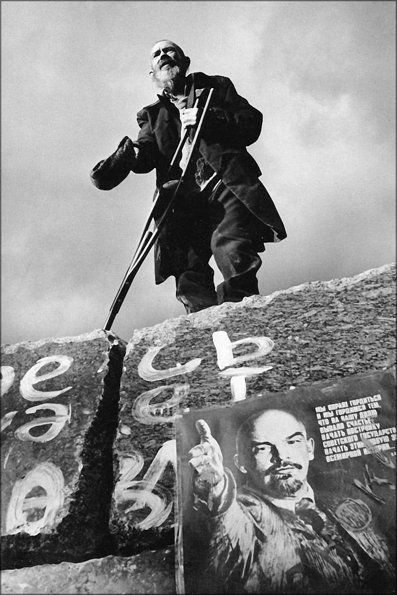 1991. Мужчина обращается с речью к прохожим, стоя на постаменте поверженного памятника Свердлову