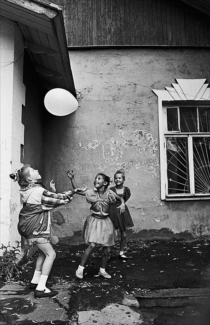 1994. Девочки с шариком. Москва