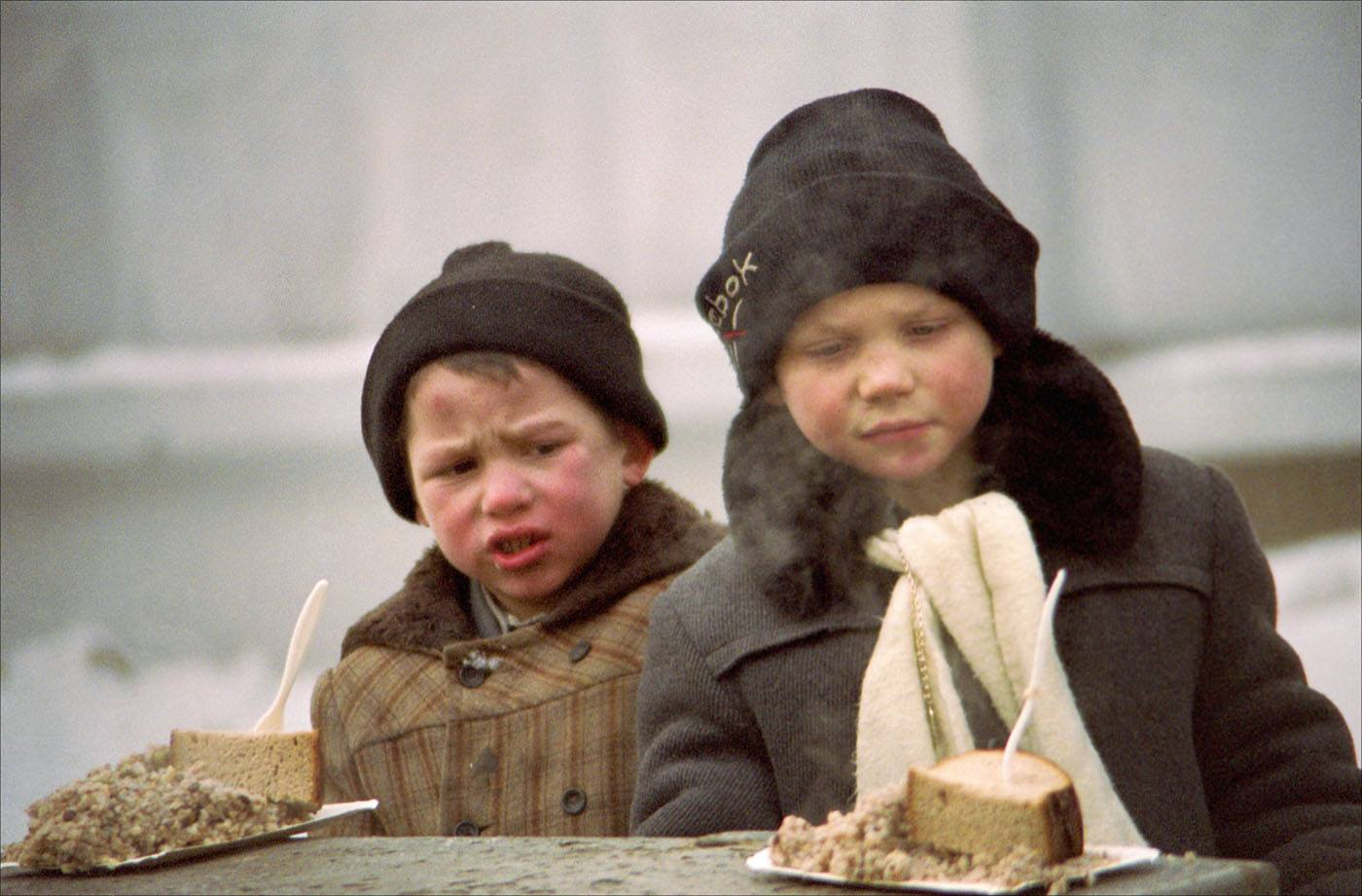 1995. Бездомные дети получают благотворительный обед. Москва