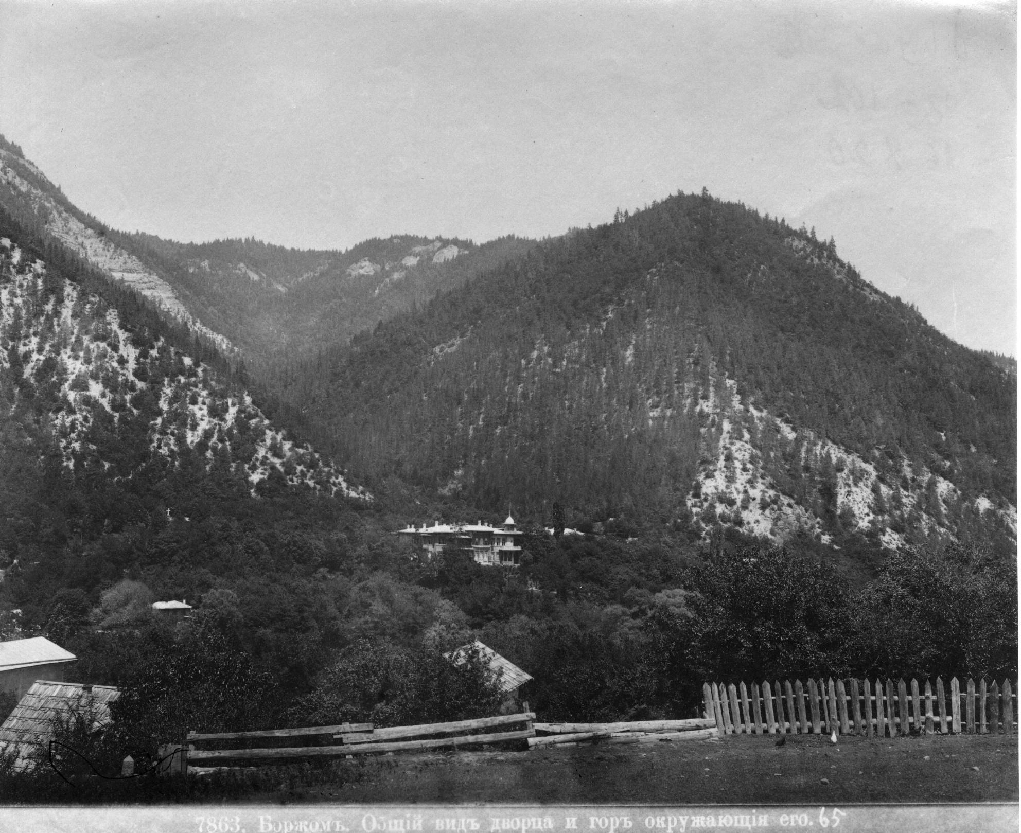 Общий вид дворца и гор, окружающих его