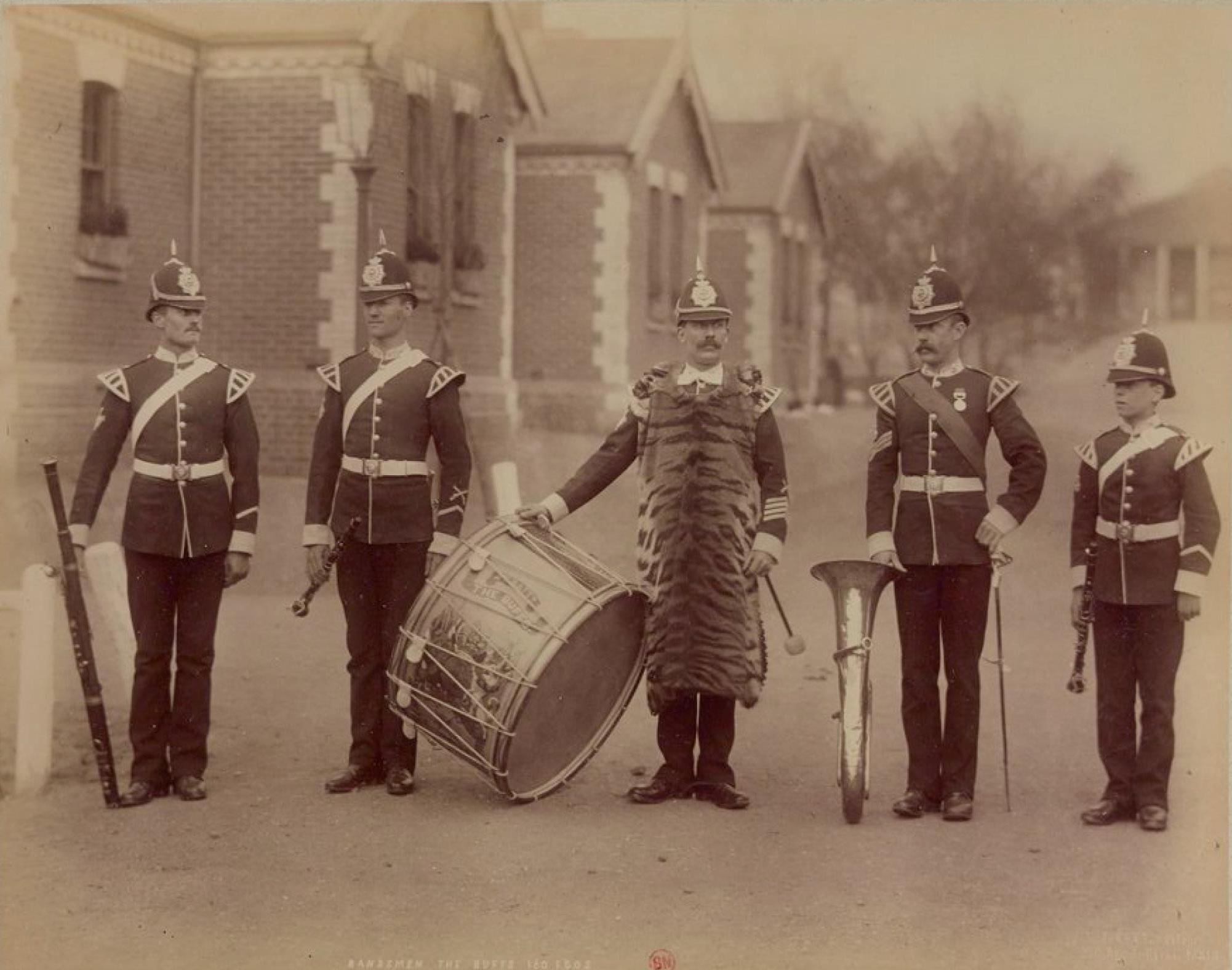 Баффы (Королевский Восточный Кентский полк), ранее 3-й полк пехоты. Музыканты военного оркестра