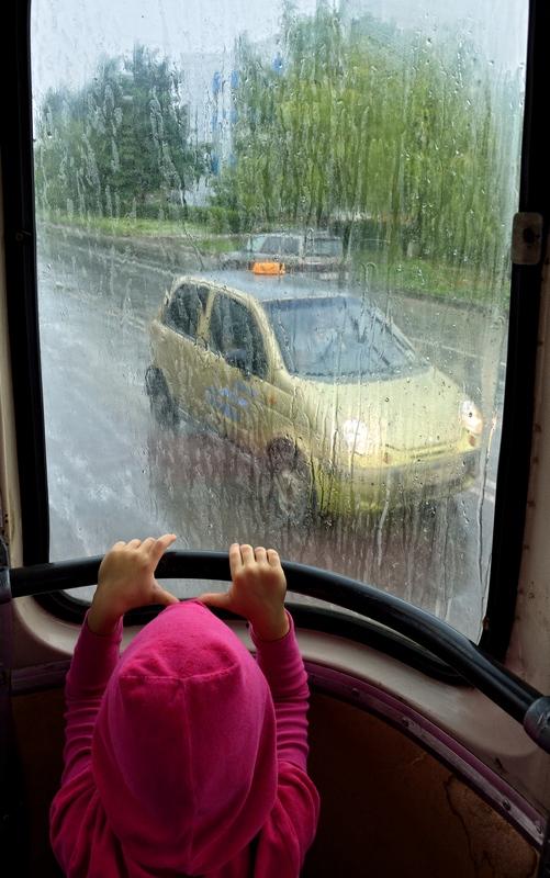 автобус дождь