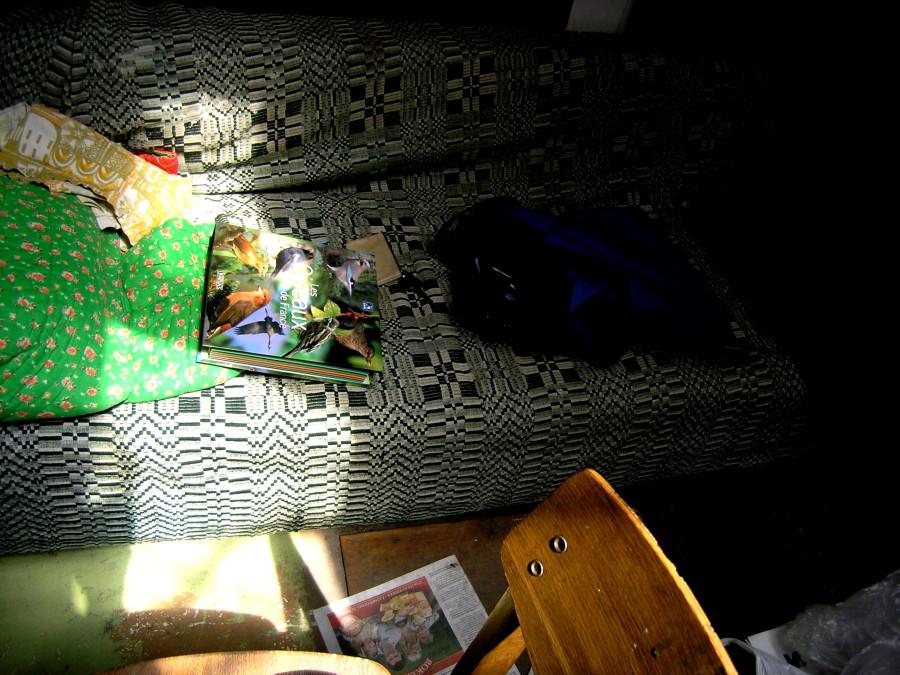 lova su knyga ir krepsiu