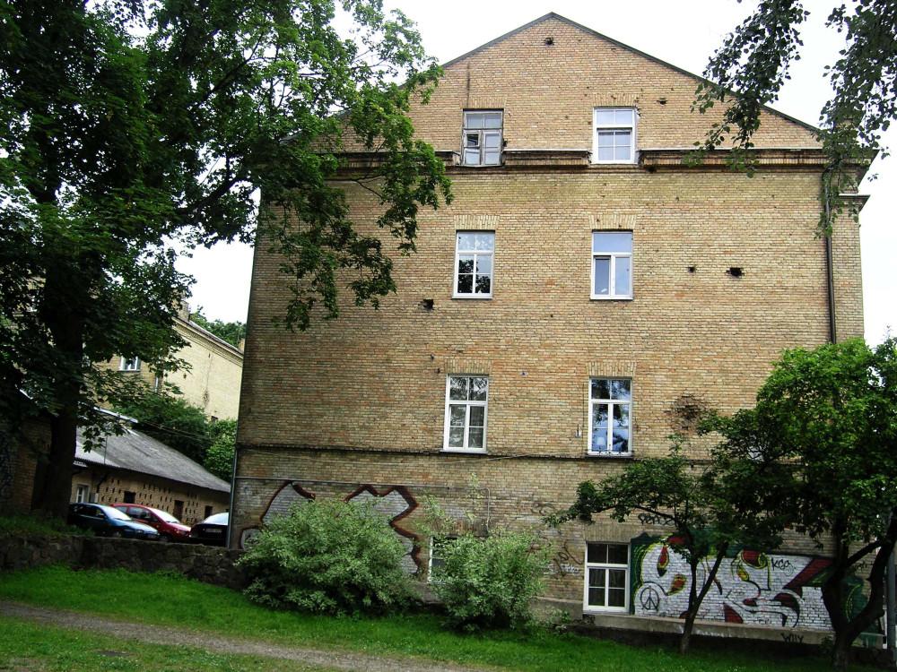 pamenkalnio2_bendras vaizdas su pastatu kieme