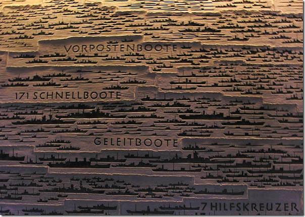 На стенах в мемориальном зале памяти погибших моряков по-немецки скрупулезно обозначены корабли, от боевых цеппелинов и линейных крейсеров Хохзеефлотте до торпедных катеров и буксиров, не вернувшиеся из боя
