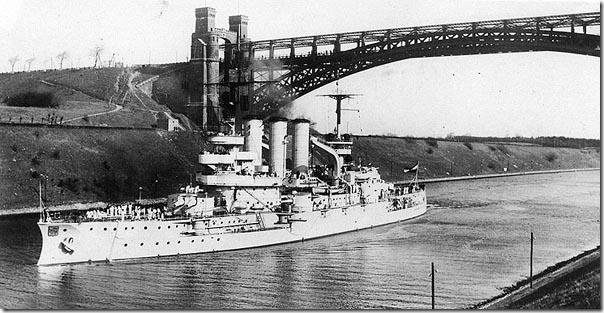Линкор «Гессен» водоизмещением 13 208 тонн был построен в Киле в 1905 году. Прослужив Германии в Первой и Второй мировых войнах, в 1946 году корабль был передан СССР и переименован в «Цель». На этом снимке «Гессен» идет по Кильскому каналу