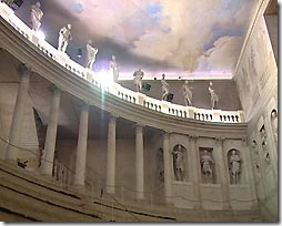 Teatro Olimpico -первый крытый театр в истории на 1000 мест. в наше время используется для летних спектаклей (отопление здесь не проводят из-за риска разрушения древних деревянных конструкций).