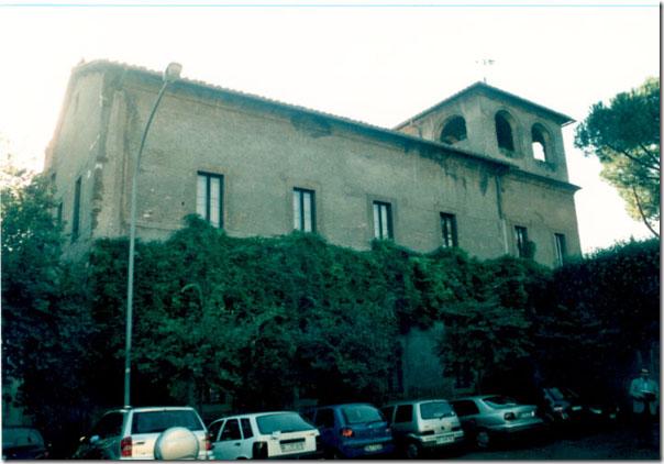 Resti visibili delle terme Deciane dalla piazza del Tempio di Diana all'Aventino.