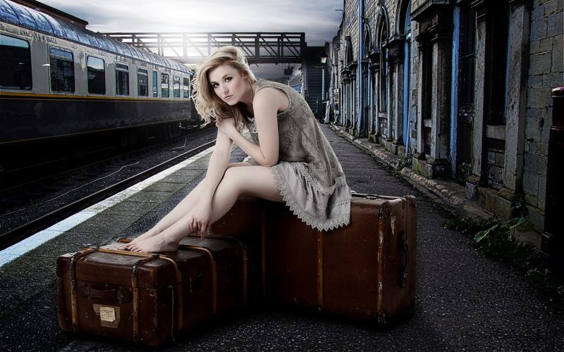 фото девушек на фоне поезда