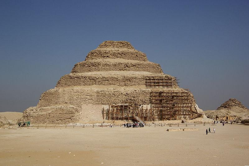 Ступенчатая пирамида Джосера в Сахаре 2600 г. до н. э.