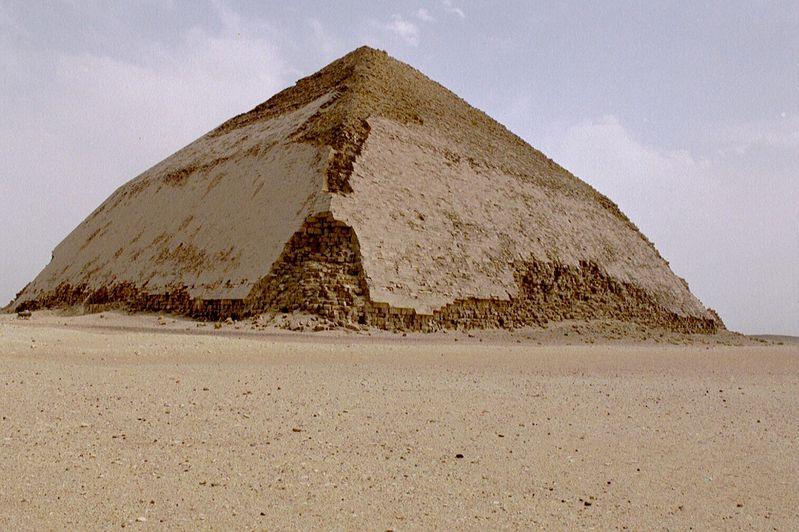 Ломаная пирамида Снофру в Дахшуре XXVI век до н. э.