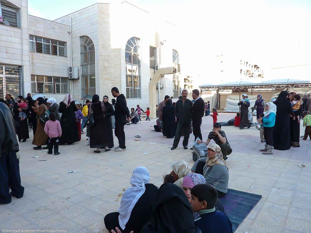 Снаружи центра ВПЛ в пригороде Дамаска 12