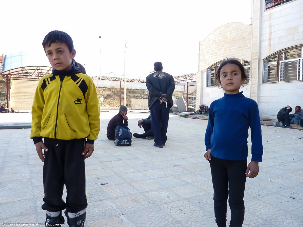 Снаружи центра ВПЛ в пригороде Дамаска 17