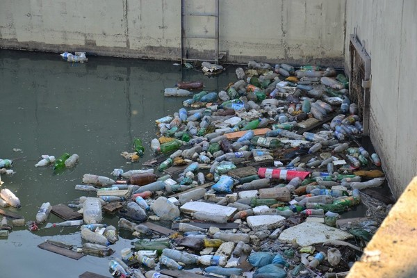 trash-piles-up-in-a-drainage-tunnel