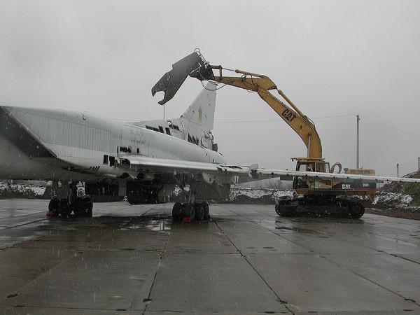800px-TU-22_scrapyard