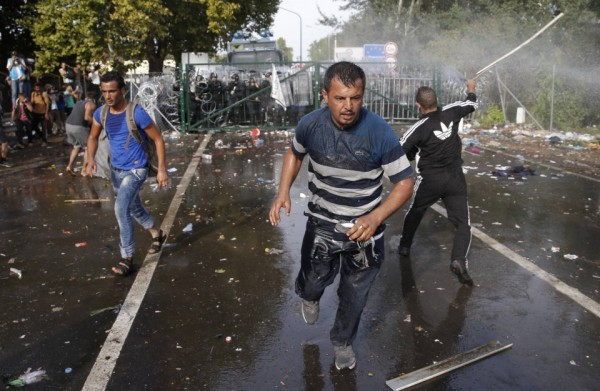 2015-09-16T143117Z_01_GDY235_RTRIDSP_3_EUROPE-MIGRANTS-HUNGARY-6731