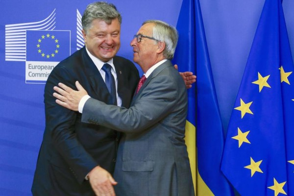 poroshenko-and-juncker-hug