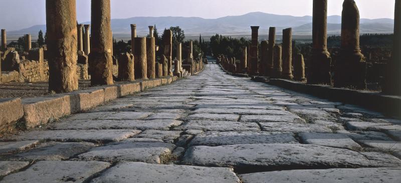 Руины римского колониального города Тимгад в Алжире, основанного императором Траяном