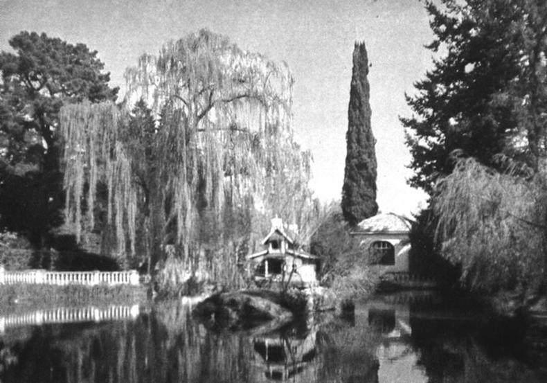 главный пруд парка с домиком смотрителя и церквушкой. До наших дней сохранился только домик.