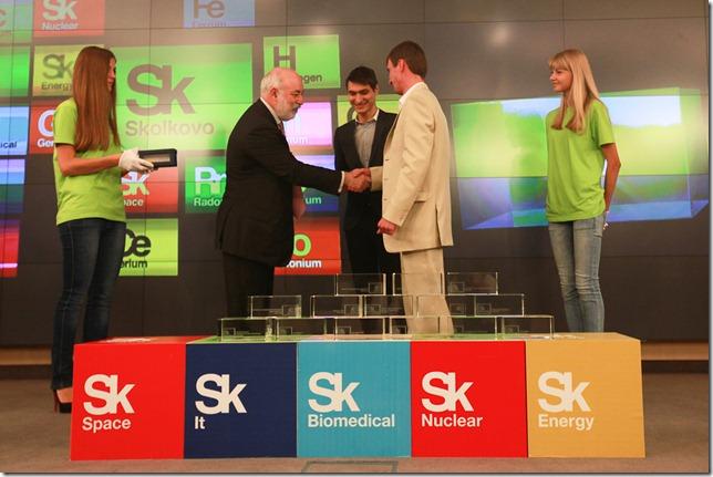 Виктор Вексельберг вручает сертификат новому резиденту фонда