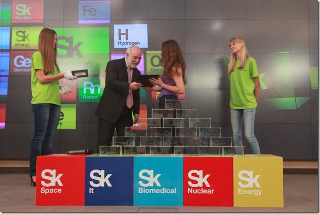 Виктор Вексельберг вручает сертификат новому резиденту