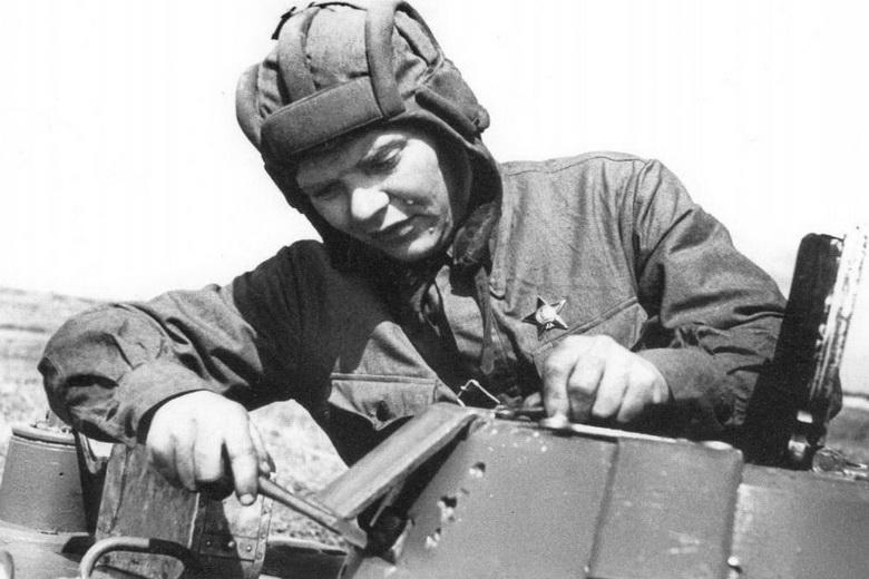 Старший техник-лейтенант А. Лапкин ремонтирует танк Т-50
