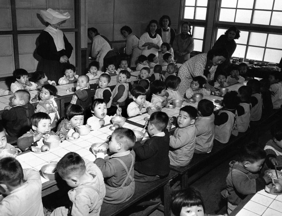 """Еда от """"волкодавов"""", 1951 год, Осака, Япония"""