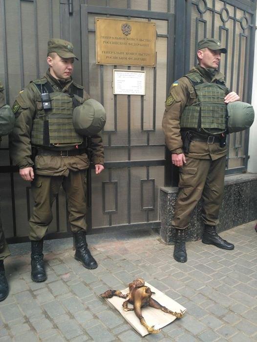 В Одессе под Генконсульством РФ зажарили «двуглавого орла»