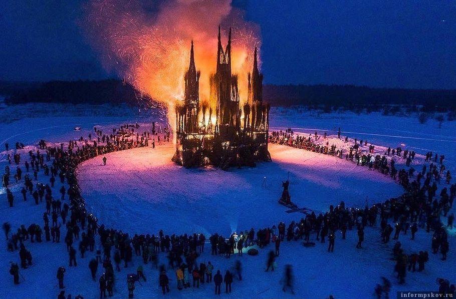 В Калужской области на Масленицу сожгли макет католического храма