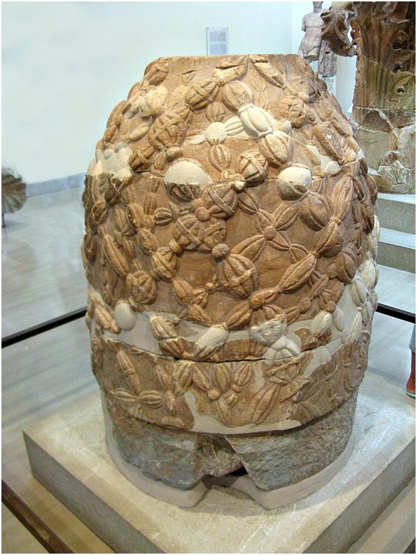 Омфал в археологическом музее в Дельфах