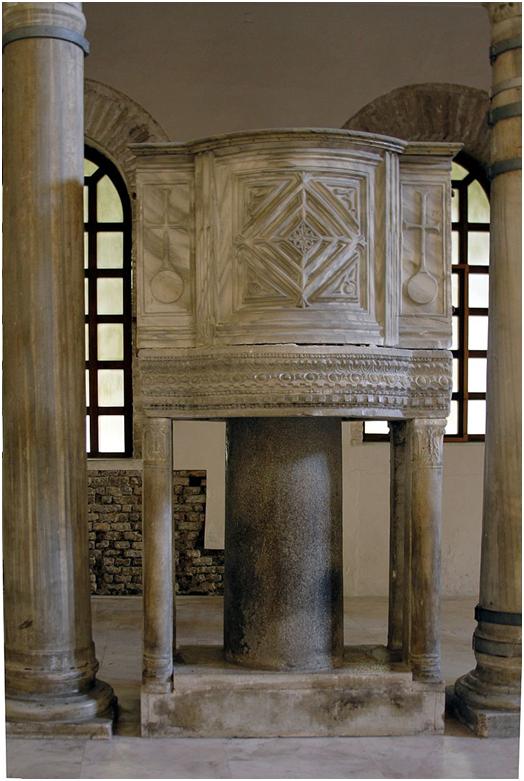 Амвон византийского типа.Базилика Сант-Аполлинаре-Нуово, V—VI вв.
